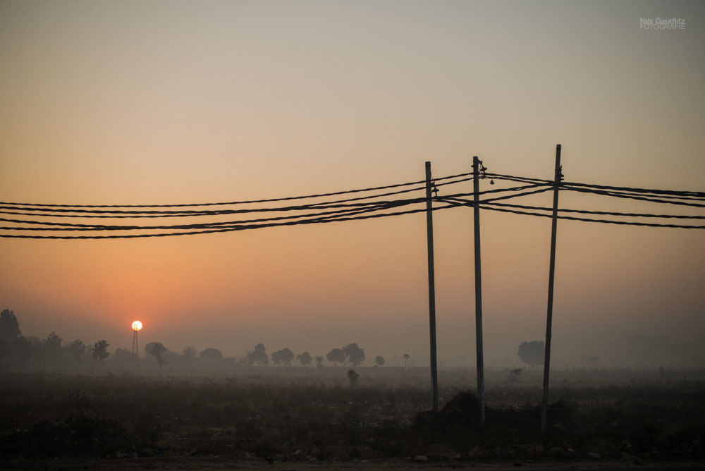 Sonnenaufgang am Highway in Indien