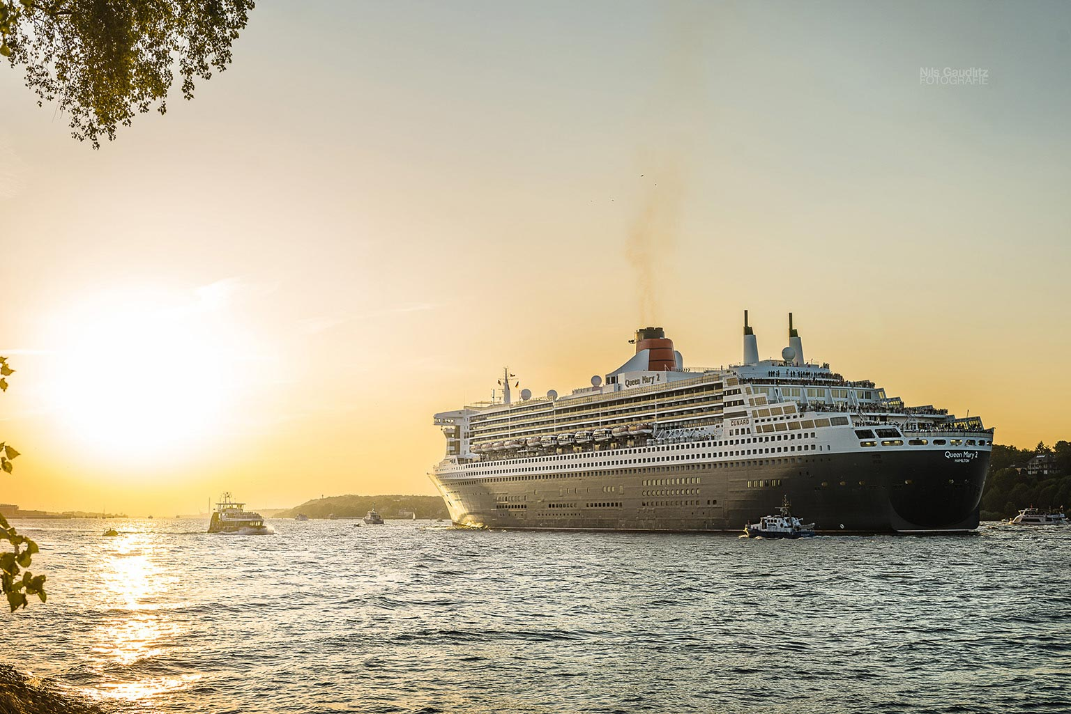 Die Queen Mary 2 verlässt den Hamburger Hafen